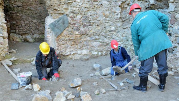 Rettung von Burgen als Chance für Arbeitslose