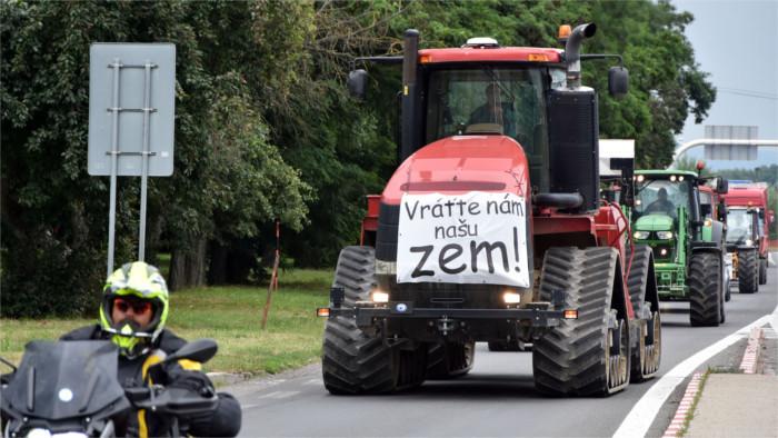 Convoi de tracteurs à travers le pays