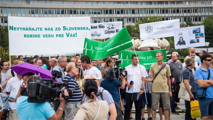 Protestation des chercheurs devant le bureau du gouvernement