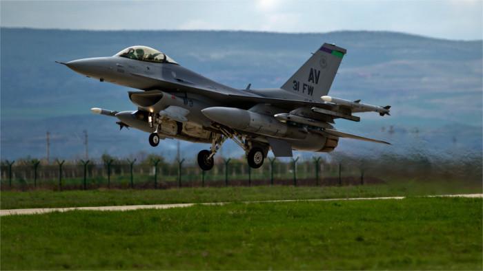 Словацкие пилоты осваивают американский истребитель F-16