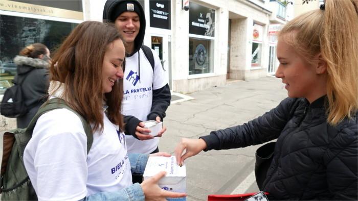 Spendensammlung für sehbehinderte Menschen
