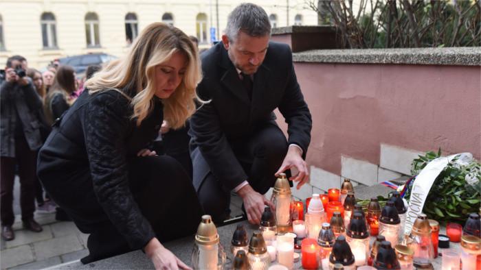 Zuzana Čaputová rend hommage aux victimes de l'accident