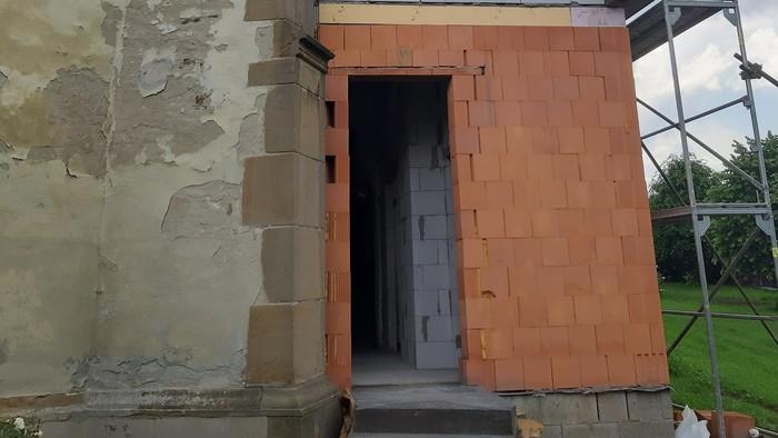 Ľudia nad prístavbou 750-ročného kostola krútia hlavou