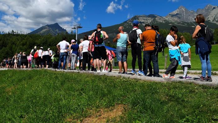 Tatry praskajú vo švíkoch: Kolóny áut, upchaté chodníky