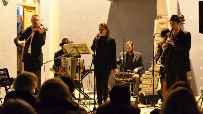 Hace ya un cuarto de siglo que la banda Pressburger Klezmer Band se inspira en la música judía tradicional
