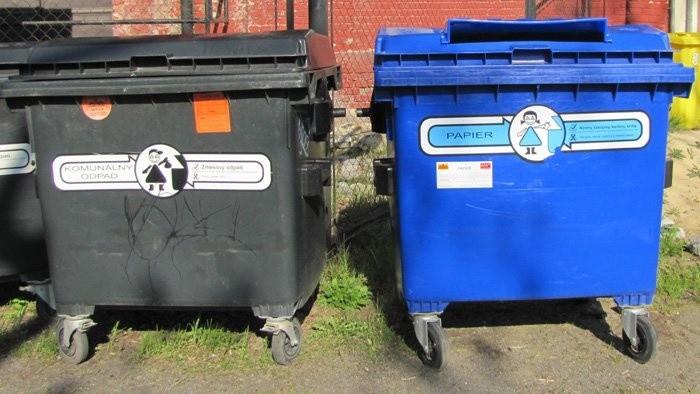 Triedenie odpadu - rúška a rukavice