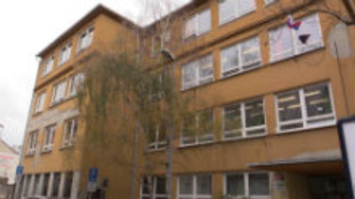 Škola na Jelenej nesie meno Ivana Dérera