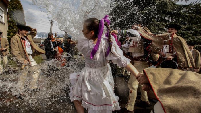 Словацкая «шибачка» в католический Поливальный понедельник приносит здоровье и весну