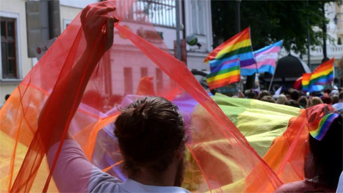 Regenbogen-Pride online und mit Eltern im Fokus