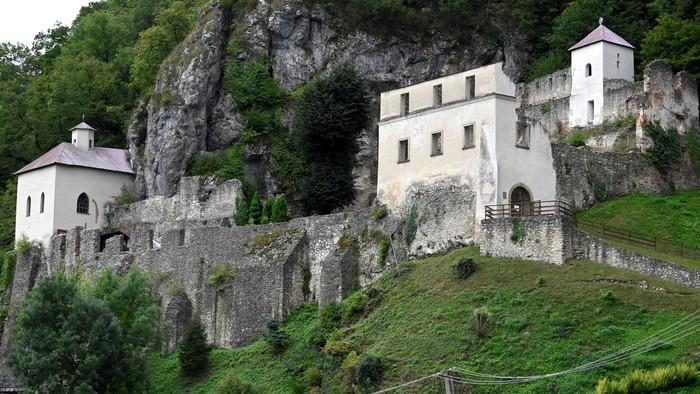 Najstaršie pútnické miesto i jaskyňa na Slovensku. Tento kláštor inšpiruje