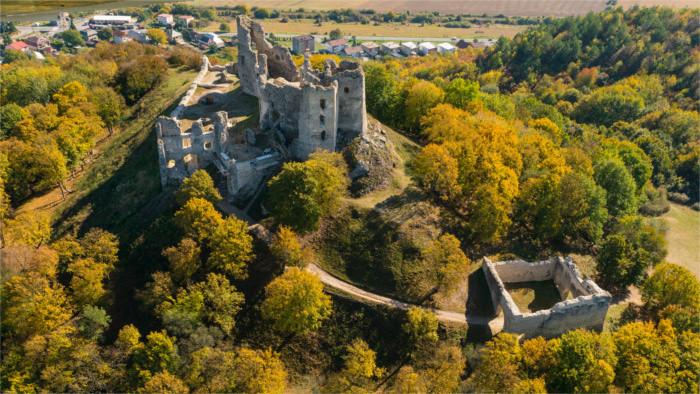Freiwillige aus aller Welt helfen auf Burg Brekov