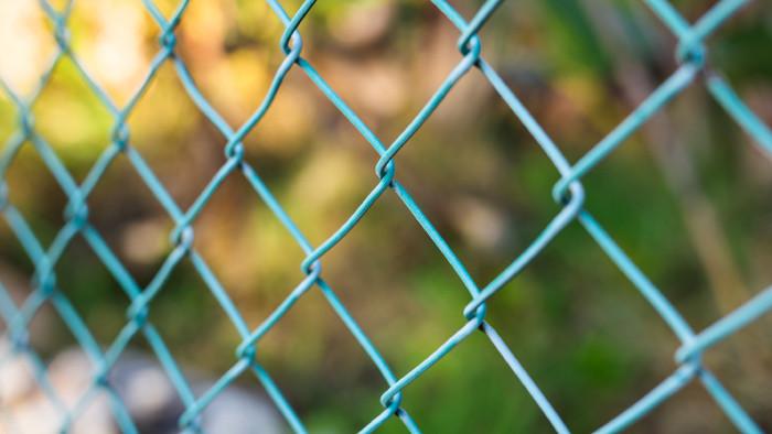 V Prievidzi niekto postavil plot cez chodník