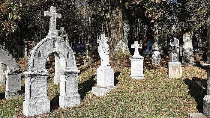 Außergewöhnliche Grabsteine: Steinmetz-Kunst aus Dobrá Voda
