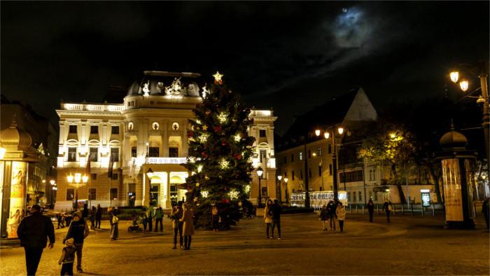 Bratislava ya tiene su árbol de Navidad