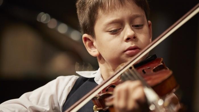 Má len 12 rokov, vystupoval v USA i Rusku. Zahral aj v RTVS