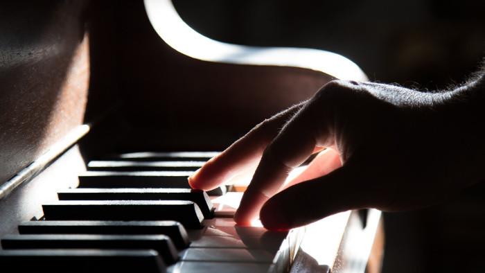 Pianista z Nitry už rok koncertuje na internete
