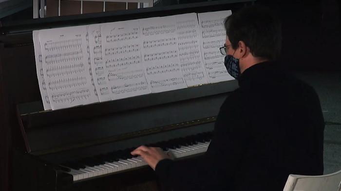 Doma dobre: Ivan Šiller hrá klavírne skladby Mariána Vargu