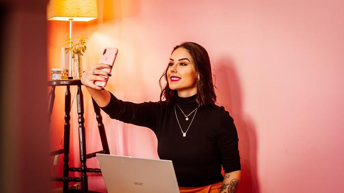 Selfie. Novodobý fenomén či márnivosť digitálnej doby?
