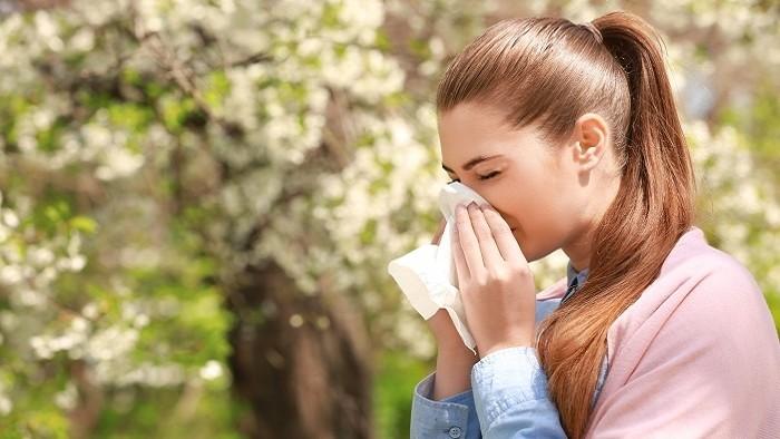 Peľová sezóna je tu: Ako rozlíšiť Covid-19 od alergie?
