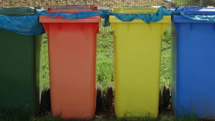 Preplnené kontajnery na separovaný odpad