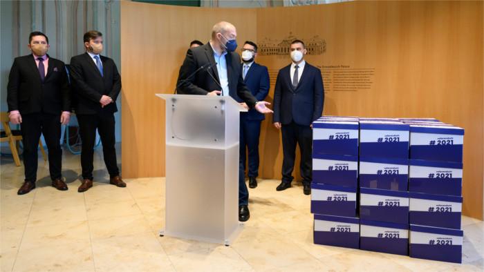 Под петицией за референдум подписалось около 600 тысяч граждан