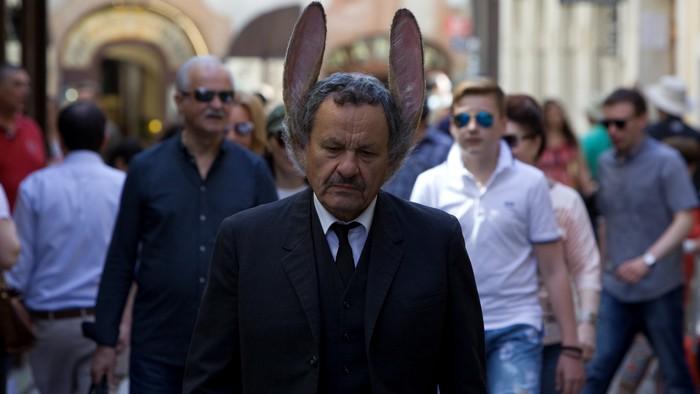 Prvý slovensko-český film v kinách po pandémii: Muž so zajačími ušami