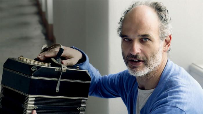 El famoso bandeonista, Marcelo Nisinman, trae el tango argentino hasta la pirámide invertida de la Radio Eslovaca