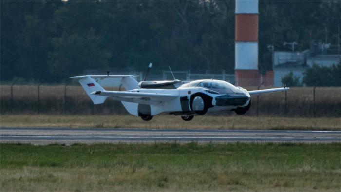 AirCar – el coche volador aterrizó en Bratislava