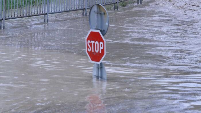 Na extrémne zmeny počasia, búrky a záplavy platí zostať ľuďmi