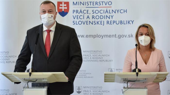 El ministro de Trabajo, Familia y Asuntos Sociales recompensó a los empleados de los servicios sociales