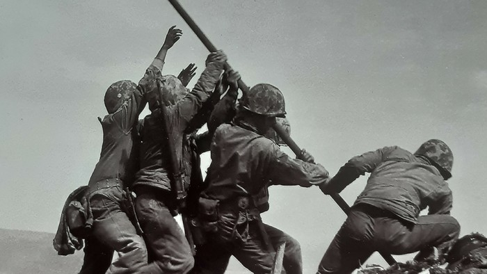 História blízka vzdialená / Vztyčovali počas bitky o Iwó-džimu americkú zástavu dvakrát?