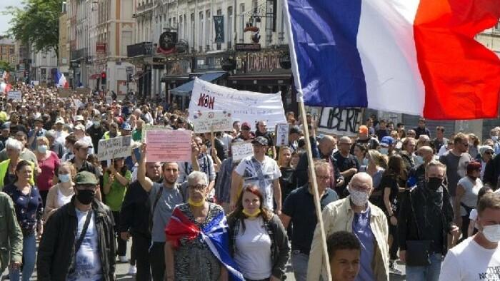 További szigorítások és a kötelezővé váló védőoltás ellen tüntetnek több helyen Franciaországban