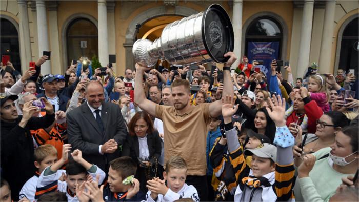 Erik Černák broight Stanley Cup to Košice