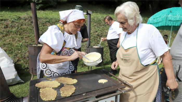 Traditionsfest in Hriňová mit Vorführungen alter Gewerbe