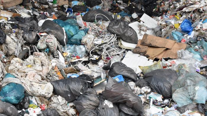 Upratovanie skládky opadu v Mojmírovciach