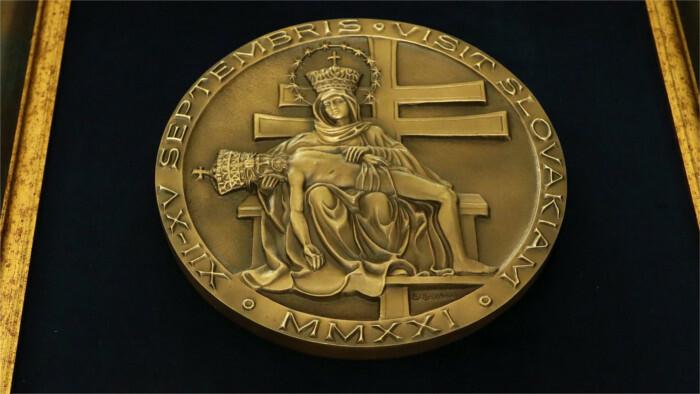 Le pape a offert à la nonciature apostolique une médaille commémorative et une mosaïque