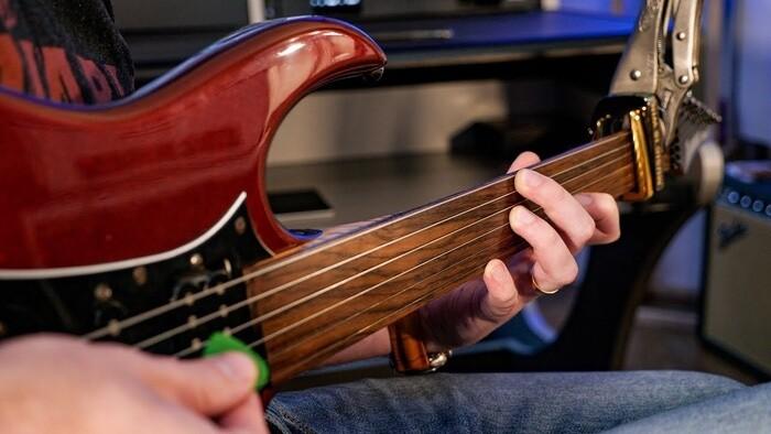 Bezpražcová basgitara