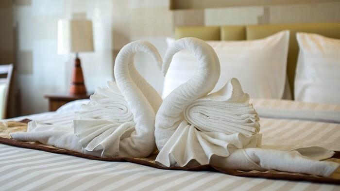 Pravdivo a vtipne o hotelových labutiach aj krádežiach papúč