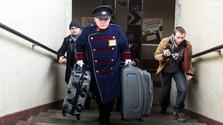 Obdachlose helfen Reisenden mit Gepäck