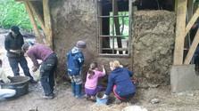 Školáci v dome, ktorý stavali aj oni