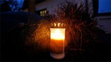 Encendiendo la candela navideña