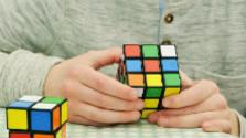 Rubikovu kocku vedia skladať aj nevidiaci