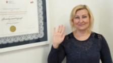 Eva Šoltýsová prekladá do posunkového jazyka