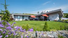 Energiesparende Häuser mit grünem Dach
