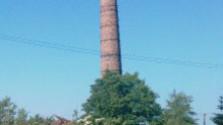 Nebezpečný komín v Košeci odstrelili