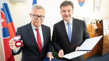 El jefe de la Diplomacia condecora al embajador saliente de Eslovaquia en Argentina