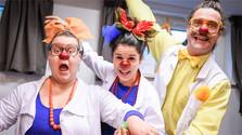 Veselí doktori zabávajú pacientov