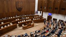 Continúa la sesión extraordinaria del Parlamento