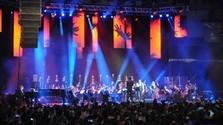 Kapely sprevádzané symfonickým orchestrom