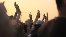 Rave sa vracia. Británia očakáva leto plné ilegálnych párty